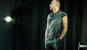 """Na zdj. Mariusz Bonaszewski w spektaklu """"Liza"""" (fot. Maciej Rukasz)."""
