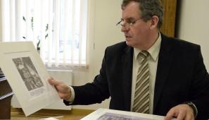 Na zdj. Jerzy Brzozowski, dyrektor Muzeum Okręgowego w Suwałkach, prezentujący fotografie przekazane przez Andrzeja Wajdę.