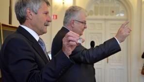 Stanisław Łobacz, suwalski numizmatyk  i Jacek Bartkiewicz z NBP prezentują srebrne Wierusze.